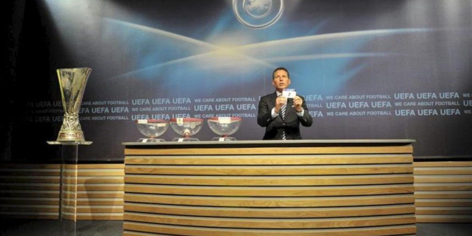 El director de competiciones de clubes de la UEFA, Michael Heselschwerdt muestra una papeleta durante el sorteo de los emparejamientos de las dos primeras rondas de la Liga de Campeones y de la Liga Europa. EFE