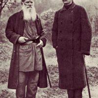 Imagen cedida por Fórcola Ediciones del escritor León Tolstoi junto al también escritor ruso Máximo Gorki en la finca rural de Yasnaia Poliana donde Tolstoi vivió los últimos 20 años de su vida. De este periodo se acaba de publicar, por primera vez en una lengua que no es ruso, el libro que reúne conversaciones y entrevistas con Tolstoi, en las que opina de novedades literarias, música, pintura o sobre cuestiones religiosas o filosóficas. EFE