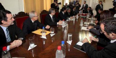 El nuevo presidente paraguayo, Federico Franco (c), se reúne con sus nuevos nuevos ministros este 25 de junio, en Asunción. EFE