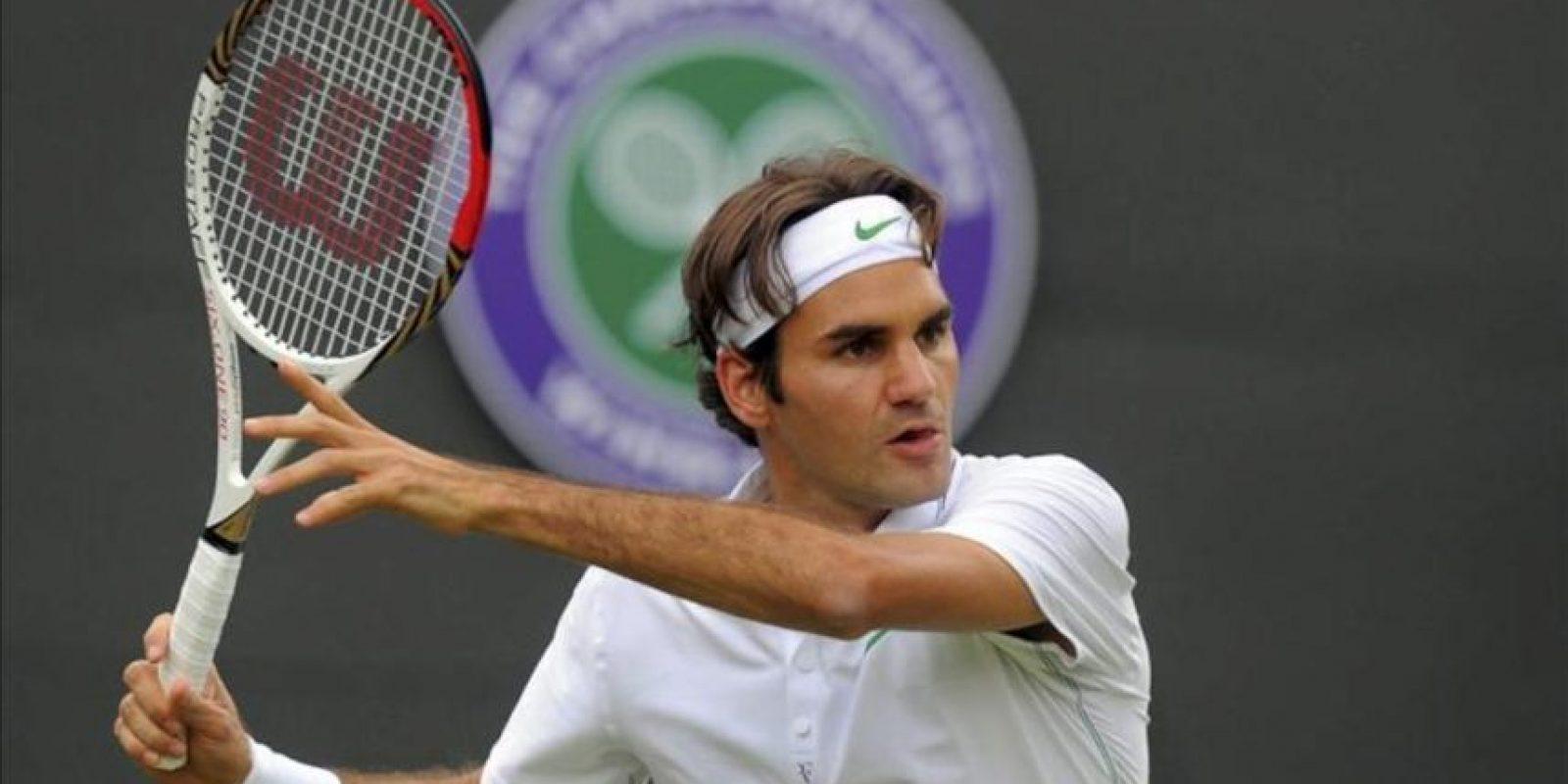 El tenista suizo Roger Federer devuelve la pelota al español Albert Ramos durante su partido de primera ronda del torneo de Wimbledon. EFE
