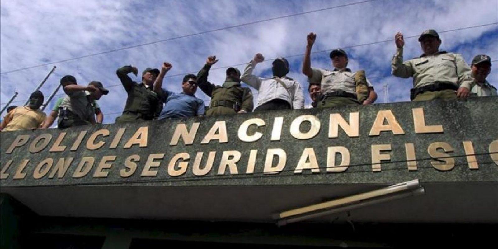 Policías amotinados se toman el edificio del comando regional de la policía y el servicio de identificaciones, que antes era administrado por esa institución pero que ahora está en manos de civiles en la ciudad oriental de Santa Cruz (Bolivia). EFE