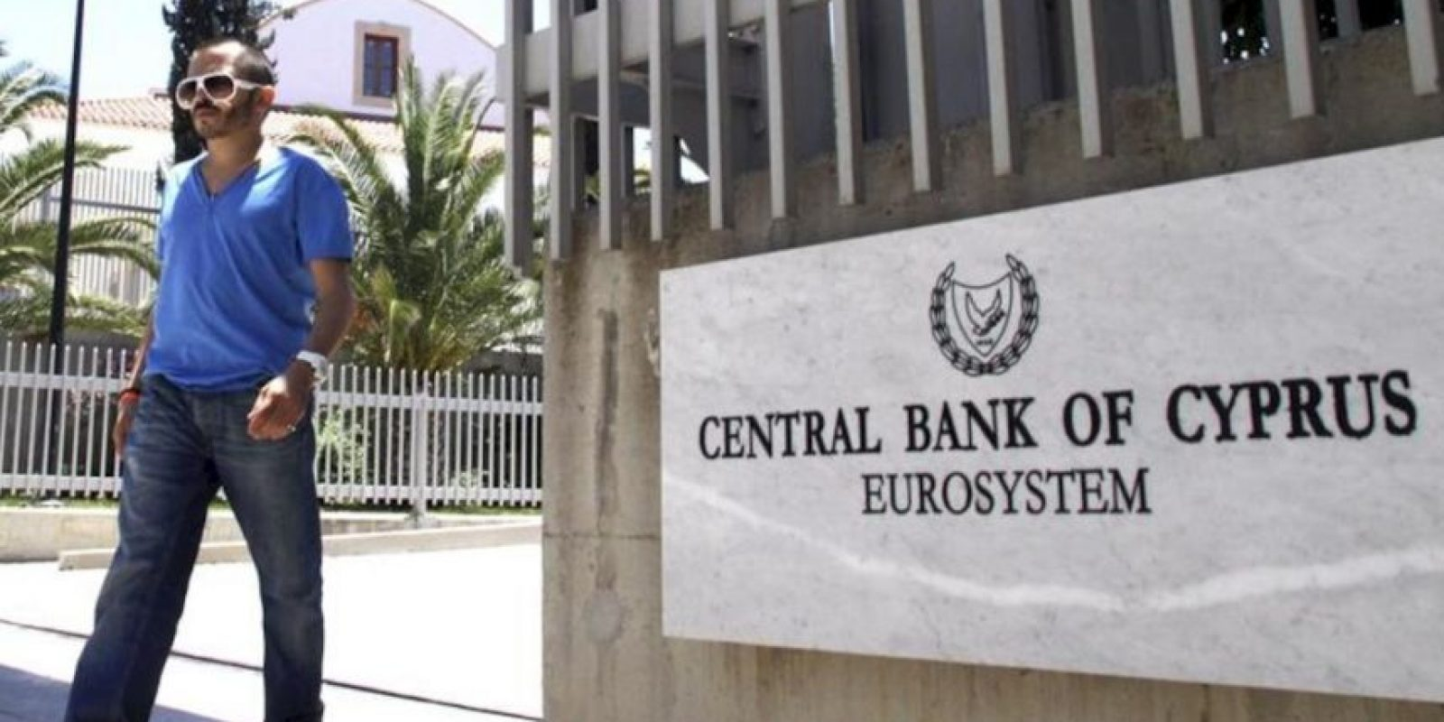 Puerta exterior de las oficinas del Banco Central de Chipre, en Nicosia, hoy. EFE