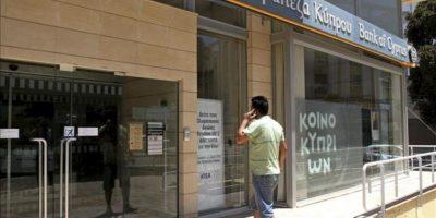 Un hombre caminando cerca de las oficinas del Banco Central de Chipre, en Nicosia hoy. EFE