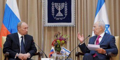 El presidente ruso Vladimir Putin (i) conversa con el primer ministro israelí Simón Peres (d) durante su encuentro en Jerusalén, Israel hoy 25 de junio de 2012. EFE