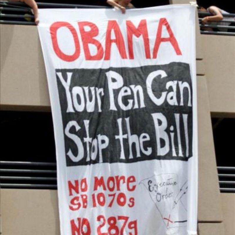 Manifestantes sostienen una pancarta en referencia a la Ley Anti-inmigración de Arizona, durante una protesta en Phoenix, Arizona (EEUU). EFE/Archivo