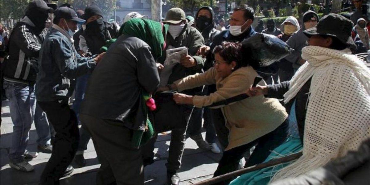 Policías amotinados ocupan la plaza del Palacio de Gobierno y chocan con partidarios de Morales