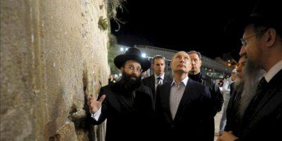 El presidente ruso, Vladimir Putin (2-i) y el rabino de Rusia, Berel Lazar (d), durante una visita al Muro de las Lamentaciones, en la ciudad vieja de Jerusalén (Israel), en la madrugada de hoy, martes 26 de junio. EFE/Alexey Druginyn /Ria Novosti