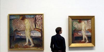 """Un empleado de la Tate Modern de Londres observa los dos cuadros titulados """"Weeping Woman"""", del artista noruego Edvard Munch (1863-1944), durante la presentación de la exposición """"Edvard Munch: Modern Eye"""", en Londres (Reino Unido). La Tate Modern acogerá esta muestra del 28 de junio al 14 de octubre. EFE"""
