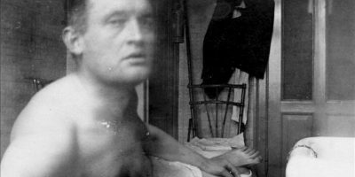"""Autorretrato """"A la Marat"""" de Edvard Munch en la clínica del doctor Jacobson en Copenhague (1908-1909) facilitada por la Tate Modern de Londres, que en una nueva exposición explora la relación del pintor noruego con el cine y la fotografía, desvelando una faceta desconocida del artista como amante de las nuevas tecnologías. EFE"""