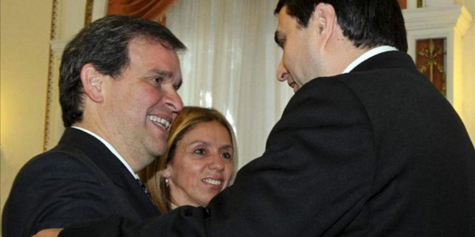 El nuevo presidente paraguayo, Federico Franco (d), saluda al economista Manuel Ferreira Brusquetti (i) tras su juramento como nuevo ministro de Hacienda en Asunción. EFE