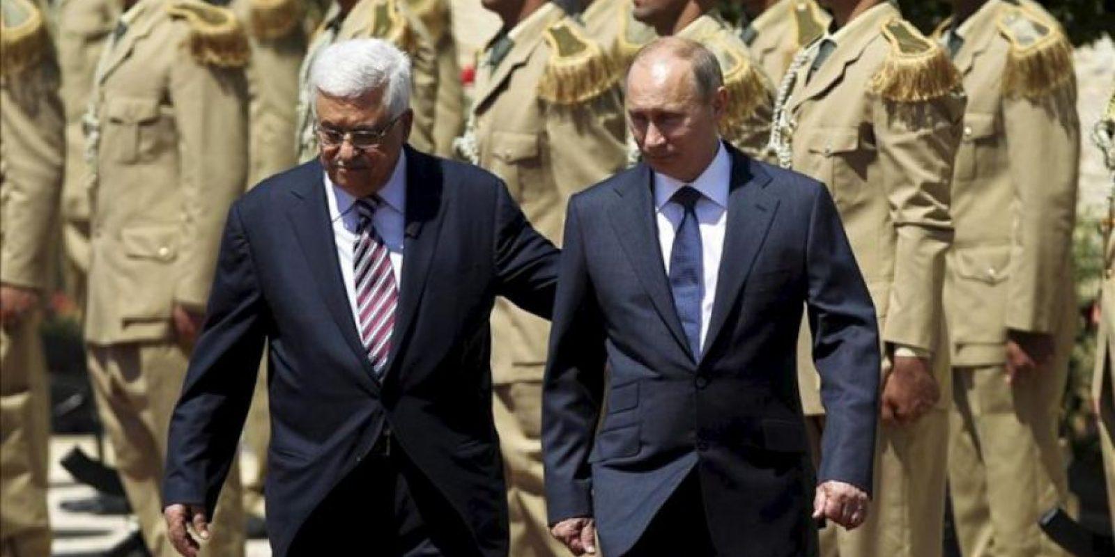 El presidente ruso, Vladimir Putin (d) es recibido por su colega palestino, Mahmud Abás (i), durante su llegada a una entrevista en Belén, Cisjordania, como parte de la minigira que realiza por Oriente Medio, hoy, martes 26 de junio. EFE