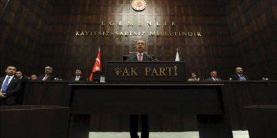 El primer ministro turco, Recep Tayyip Erdogan (c), pronuncia su discurso en el Parlamento, en Ankara, Turquía, hoy martes 26 de junio. EFE