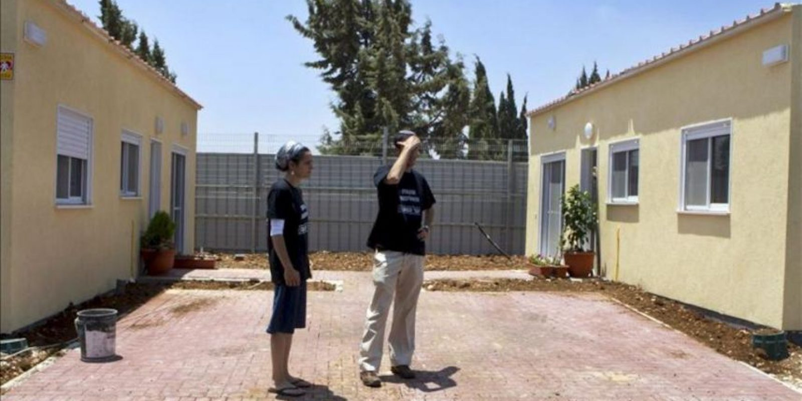 Una pareja de colonos del enclave de Ulpana, aledaño al de Bet El y cuyas casas fueron levantadas hace años en una parcela palestina privada cerca de Ramala, se instalan en unas viviendas después de abandonar las suyas de forma voluntaria en cumplimiento de un acuerdo con el gobierno del primer ministro, Benjamín Netanyahu. EFE