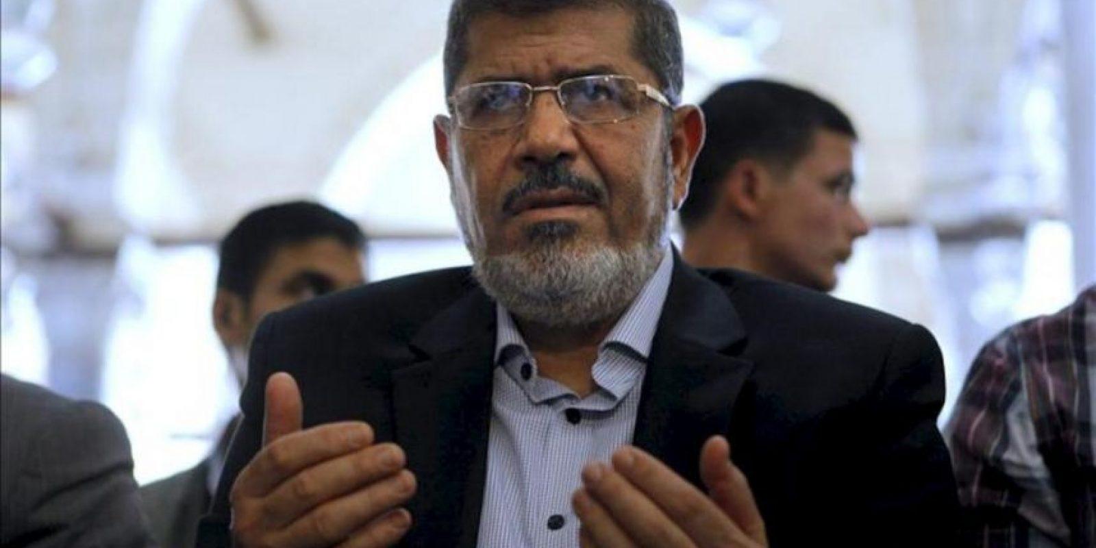 Fotografía de archivo del presidente egipcio, Mohamed Morsi (c), durante los rezos del viernes en una mezquita de El Cairo, Egipto, el 16 de junio de 2012. EFE/Archivo