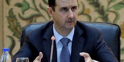 Imagen facilitada por la agencia siria de noticias SANA hoy, martes, 26 de junio de 2012, del presidente sirio Bachar al-Asad durante un encuentro con los nuevos miembros de su gabinete, en Damasco, Siria, hoy, martes, 26 de junio de 2012. EFE