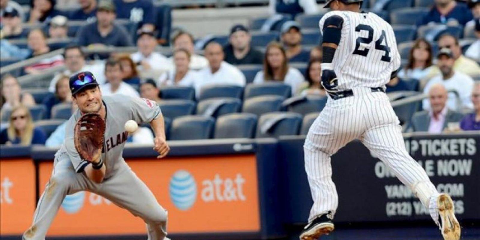 El jugador de Yanquis Robinson Cano (d) no alcanza la primera base ante Casey Kotchman de Indios este 26 de junio, en un partido en el estadio de los Yanquis en Nueva York (EEUU). EFE