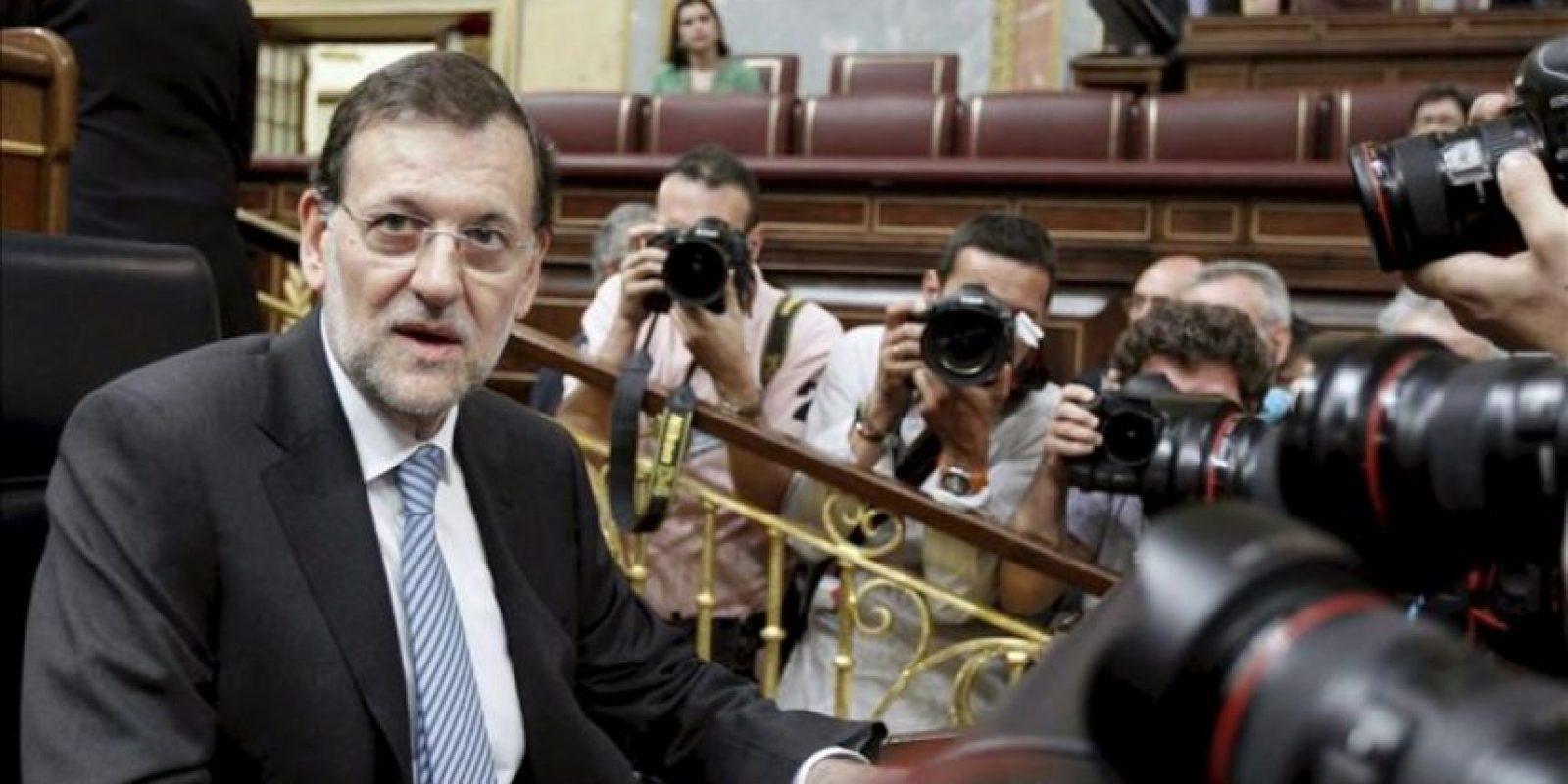 El presidente del Gobierno, Mariano Rajoy, rodeado de fotógrafos a su llegada esta mañana al Congreso de los Diputados para exponer en el pleno su apuesta por una unión bancaria europea y por avanzar hacia la integración presupuestaria, dos de los ejes de la cumbre que celebrarán los veintisiete de la UE el jueves y el viernes en Bruselas. EFE