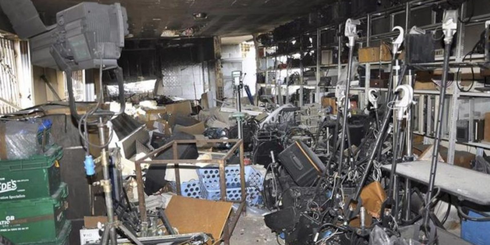 Fotografía facilitada por la agencia estatal de noticias siria SANA de los daños registrados en la sede de la cadena de televisión progubernamental Al Ikhbariya, en la zona de Drousha, unos 15 kilómetros al oeste de Damasco, (Siria) hoy, miércoles 27 de junio. EFE