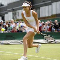 La tenista serbia Ana Ivanovic devuelve la bola a la española María José Martínez Sánchez, en la primera ronda del torneo de Wimbledon, que se disputa sobre la hierba del All England Tennis Club de Londres, Reino Unido, hoy, miércoles 27 de junio de 2012. EFE