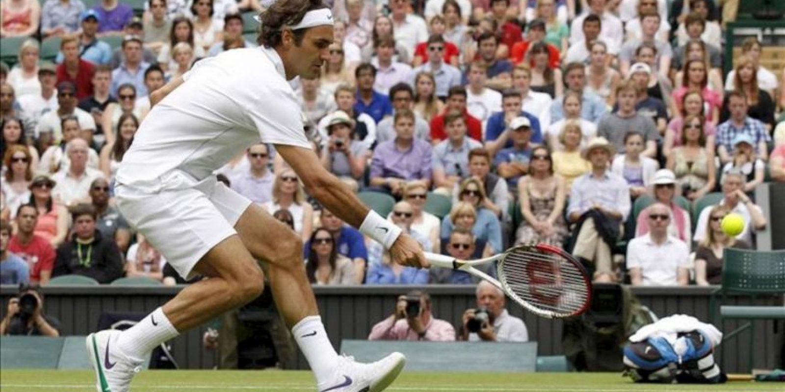 El tenista suizo Roger Federer golpea la bola durante su partido de la segunda ronda de Wimbledon disputado contra el italiano Fabio Fognini hoy, miércoles 27 de junio de 2012, en el All England Lawn de Londres, Reino Unido. EFE