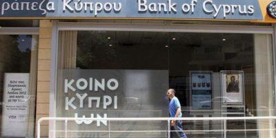 Un hombre pasa delante de una oficina del Banco de Chipre en Nicosia. EFE