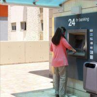 Una mujer saca dinero de un cajero automático del Banco de Chipre en Nicosia. EFE