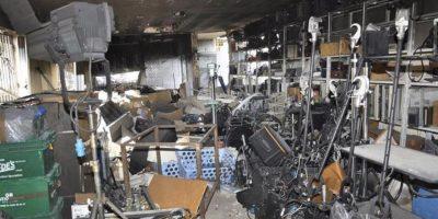 Fotografía facilitada por la agencia estatal de noticias siria SANA de los daños registrados en la sede de la cadena de televisión progubernamental Al Ikhbariya, en la zona de Drousha, unos 15 kilómetros al oeste de Damasco, (Siria) hoy, 27 de junio. EFE