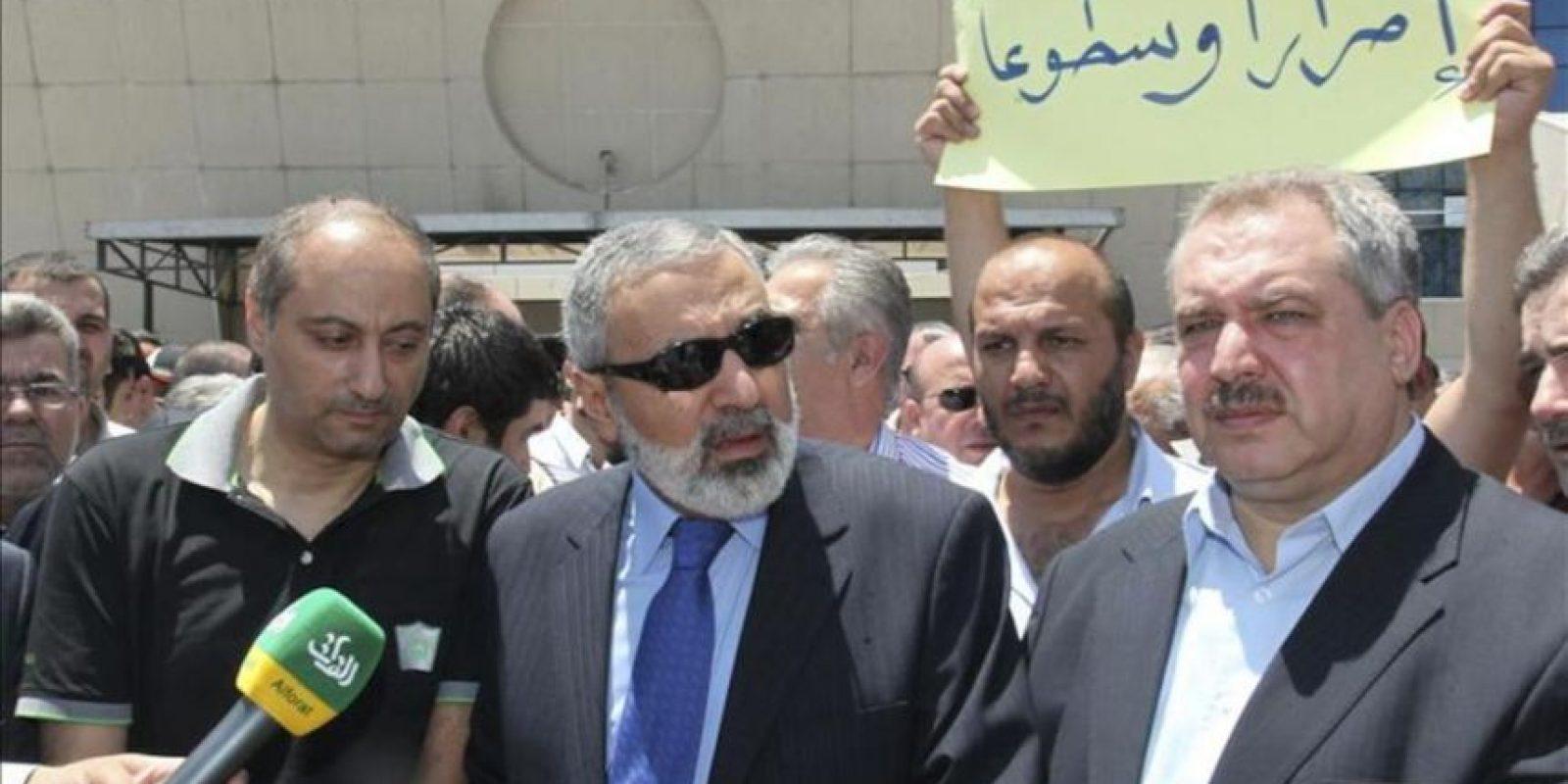 El ministro de Información sirio, Omran El Zoabi (c), el director del canal de televisión sirio Al Ikhbariya, Imad Sara (izq), y el presiente del Consejo Nacional de Medios de Comunicación sirio, Taleb Qadhi Amin (dcha), atienden a la prensa a las puertas de la Corporación de la Televisión Siria, en Damasco (Siria), tras el ataque a la sede de la cadena Al Ikhbariya, en la zona de Drousha, hoy, miércoles 27 de junio. EFE