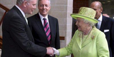 La reina Isabel II de Inglaterra saluda al ex comandate del IRA, el ahora viceministro principal norirlandés Martin McGuinness (izq), junto al ministro principal de Irlanda del Norte Peter Robinson (2º izq), a su llegada al Lyric Theatre en Belfast, Reino Unido, hoy miércoles 27 de junio. EFE