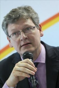 """El comisario europeo de Empleo Laszlo Andor interviene en la presentación del informe """"Perspectivas sobre la Inmigración 2012"""" que fue presentado por la Organización para la Cooperación y el Desarrollo Económico (OCDE), en Bruselas (Bélgica). EFE"""