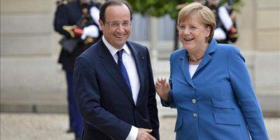 El presidente francés, Francois Hollande, recibiendo a la canciller alemana, Angela Merkel, a su llegada al palacio del Elíseo en París. EFE