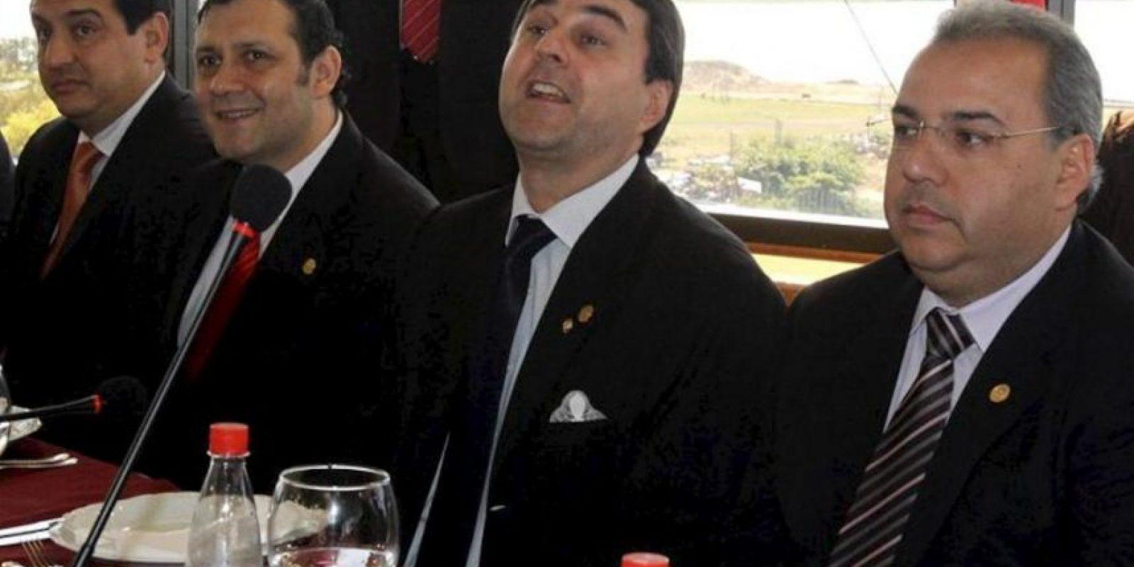 El nuevo mandatario de Paraguay, Federico Franco (2d), el presidente del Senado, Jorge Oviedo Matto (d), y el presidente de la Cámara de Diputados, Víctor Bogado (2i), y el ministro de Agricultura y Ganadería, Enzo Cardozo (i) participan de un almuerzo con representantes de las dos cámaras legislativas. EFE