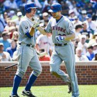 El jugador de los Mets Daniel Murphy (d) es felicitado por su compañero Josh Thole tras conectar un cuadrangular ante los Cachorros este 27 de junio durante el juego de la MLB en el Wrigley Field de Chicago, Illinois (EE.UU.). EFE