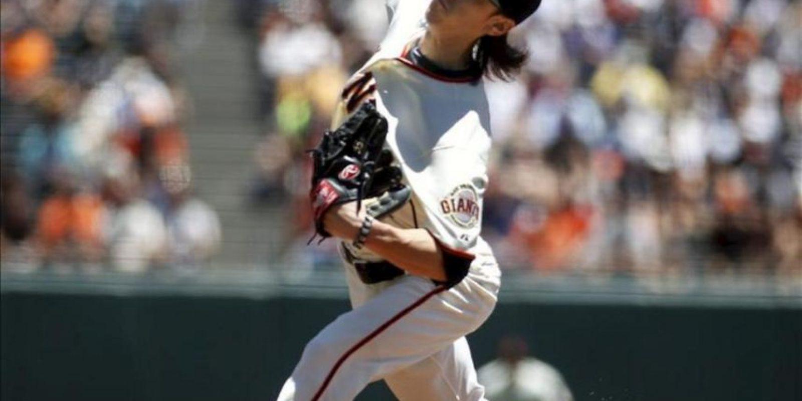 Tim Lincecum, lanzador inicialista de los Gigantes de San Francisco, fue registrado en acción ante los Dodgers de Los Ángeles, durante un partido de la MLB, en San Francisco, California (EEUU). EFE