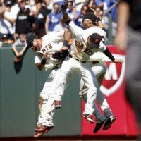 De izquierda a derecha, Melky Cabrera, Angel Pagan, y Gregor Blanco, de los Gigantes de San Francisco, celebran tras vencer a los Dodgers de Los Ángeles en un partido de la MLB, en San Francisco, California (EE.UU.). EFE