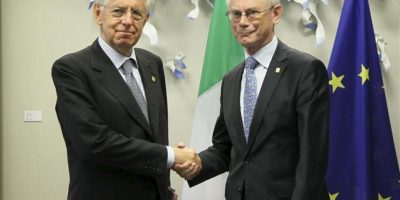 El primer ministro italiano, Mario Monti (izq), estrecha la mano al presidente del Consejo Europeo, Herman Van Rompuy, hoy antes de una reunión mantenida por ambos líderes antes del inicio de la Cumbre de la Unión Europea en Bruselas (Bélgica). EFE