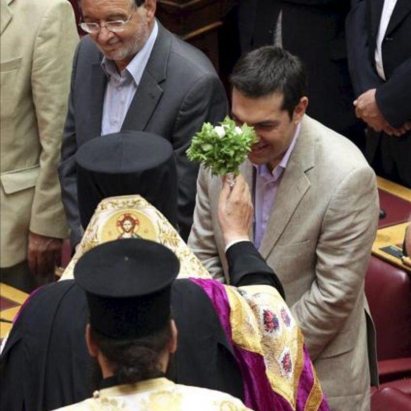 El líder de Syriza, Alexis Tsipras (dcha), jura el cargo junto al resto de los diputados del nuevo Parlamento griego, salido de las elecciones del pasado día 17 de junio, en una ceremonia celebrada en la Cámara griega hoy, jueves 28 de junio en Atenas. EFE