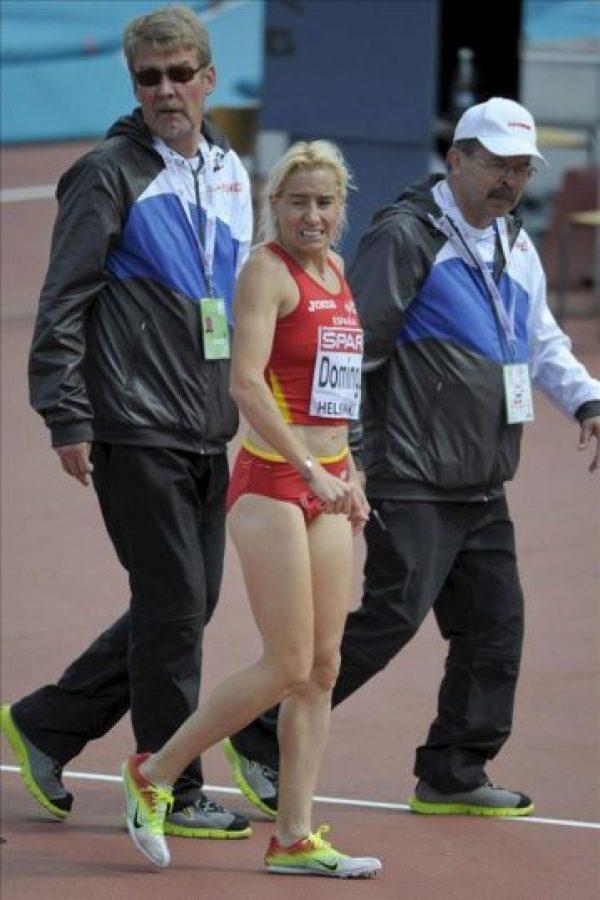 La atleta española Marta Domínguez (c) abandona la pista tras retirarse de la primera serie de los 3000 metros obstáculos de los Campeonatos de Europa de Atletismo disputada hoy. EFE