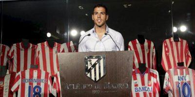 El defensa Álvaro Domínguez, durante la rueda de prensa que ofreció hoy, 28 de junio de 2012, para despedirse del Atlético de Madrid y de su afición, tras firmar contrato para las próximas cinco temporadas con el Borussia Mönchengladbach alemán. EFE