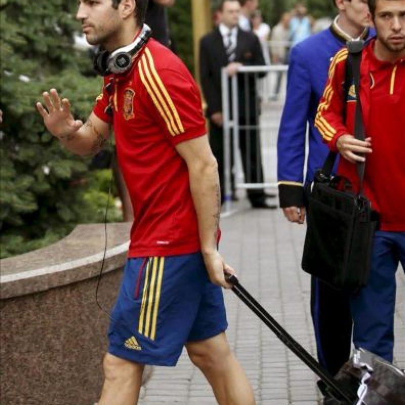 El delantero de la selección española de fútbol Cesc Fábregas a su llegada hoy, 28 de junio de 2012, al hotel en el que el equipo español permanecerá concentrado en Kiev, ciudad en la que el próximo domingo disputará la final de la Eurocopa 2012. EFE
