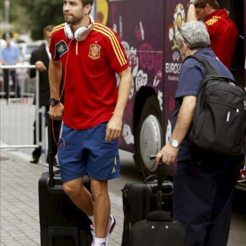 El defensa de la selección española de fútbol Gerard Piqué a su llegada hoy, 28 de junio de 2012, al hotel en el que el equipo español permanecerá concentrado en Kiev, ciudad en la que el próximo domingo disputará la final de la Eurocopa 2012. EFE