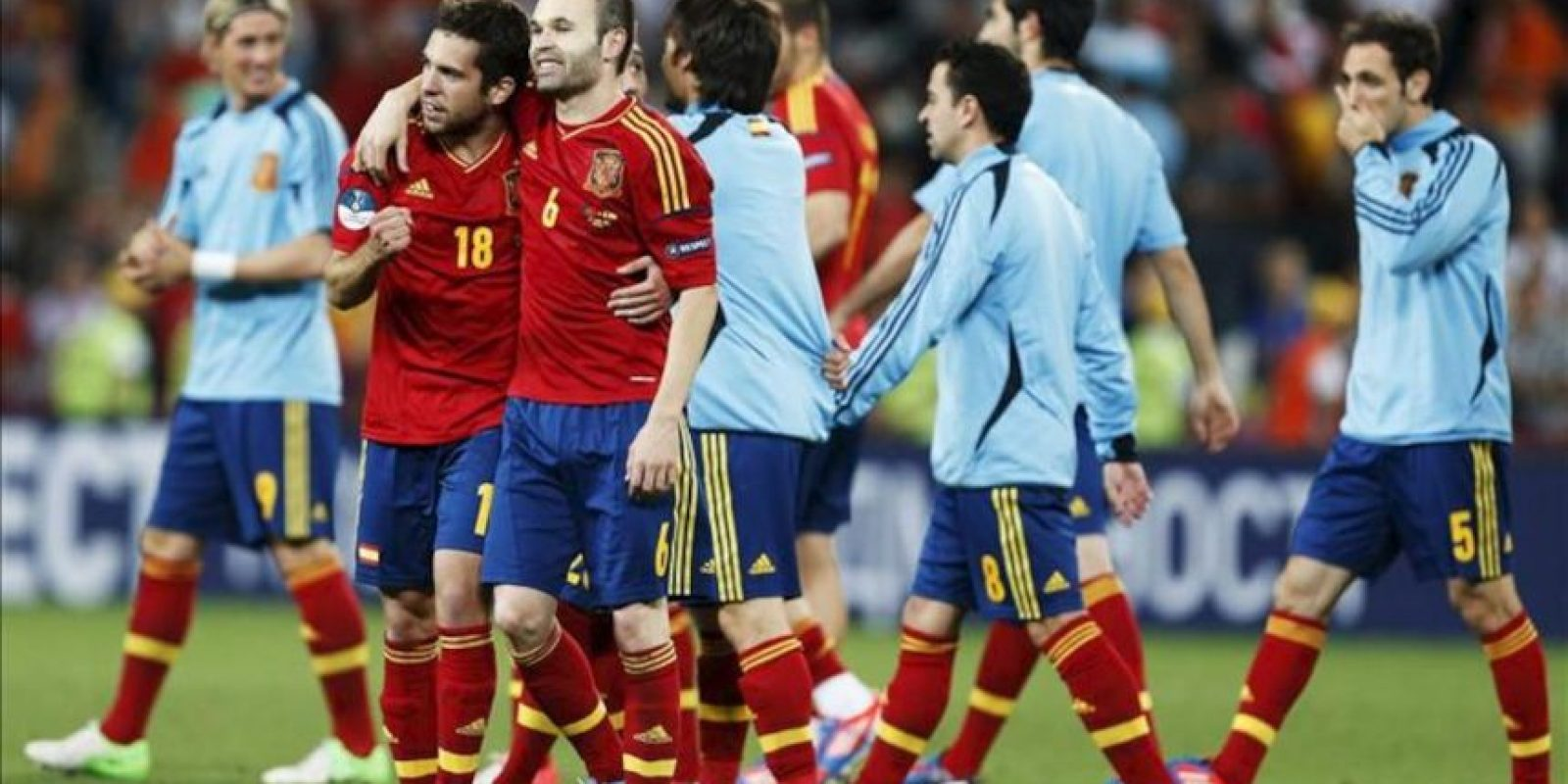 Los jugadores españoles Andres Iniesta (frente-d) y Jordi Alba (frente-i) celebran después de ganar en la serie de penaltis durante la semifinal de la Eurocopa 2012 entre Portugal vs. España en Donetsk (Ucrania). EFE/Archivo