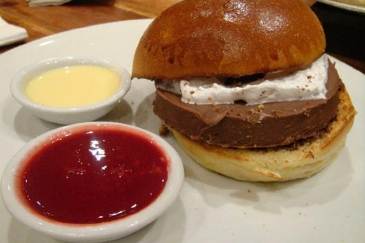 Hamburguesa de chocolate, masmelos, mermelada de fresa y chocolate blanco. Foto:Oddee.com