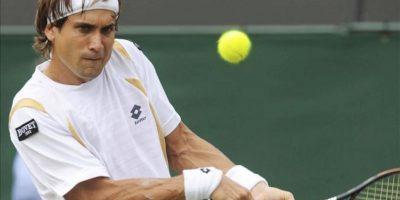 El tenista español David Ferrer devuelve la bola al francés Kenny De Schepper durante su partido de segunda ronda del Torneo de Wimbledon jugado en el All England Lawn Tennis Club, ayer en Londres, Reino Unido. EFE