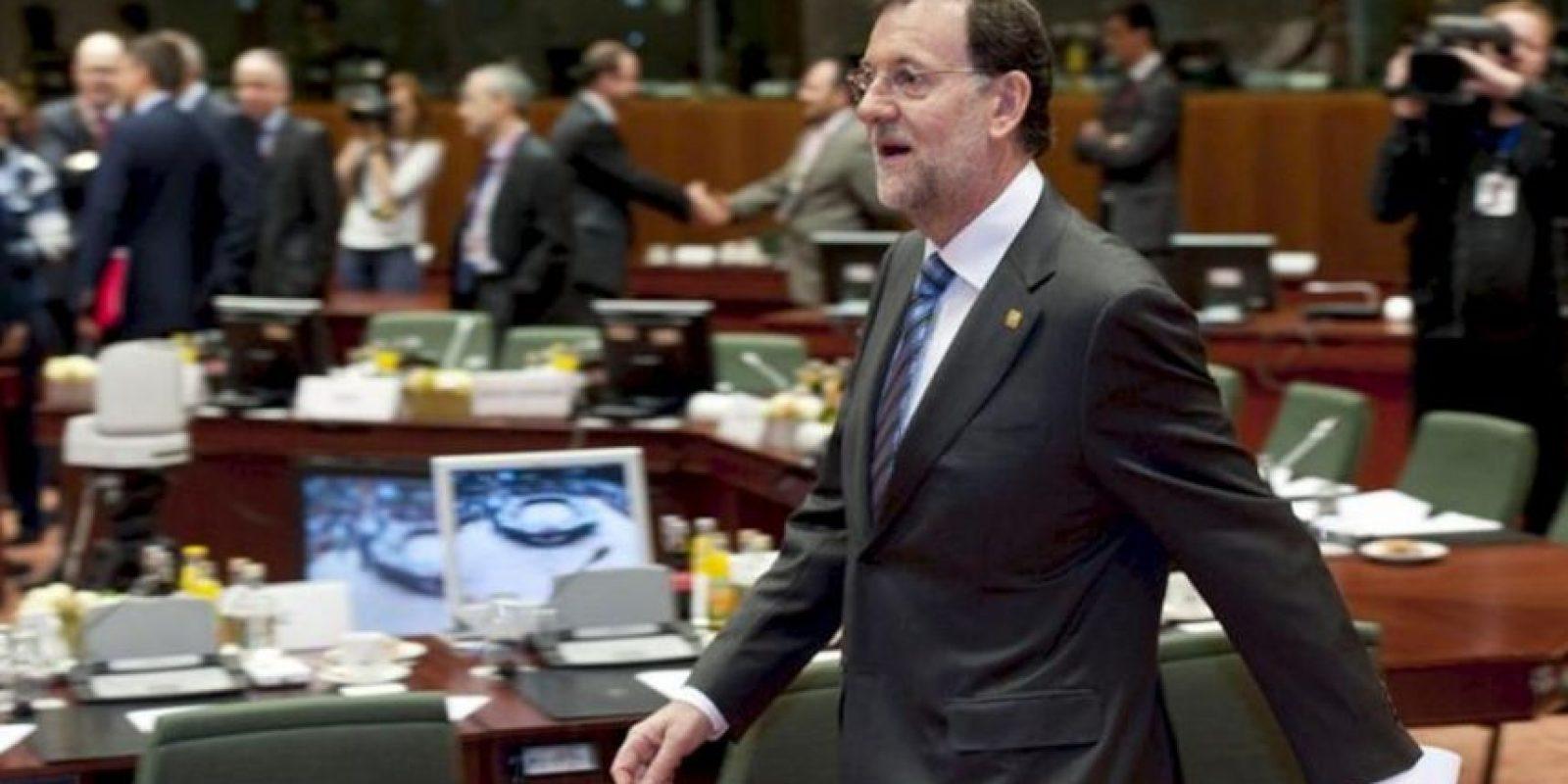 El presidente del Gobierno español, Mariano Rajoy, entra hoy en la sala donde se celebra la segunda jornada del Consejo Europeo de Bruselas. En la primera jornada se alcanzó un acuerdo sobre la recapitalización directa de la banca española y el uso de fondos europeos de rescate para comprar deuda de países presionados por los mercados. EFE