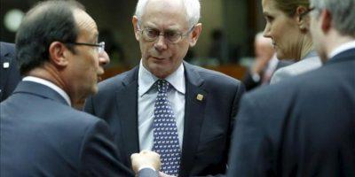El presidente francés, François Hollande (izq), charla con el presidente del Consejo Europeo, Herman Van Rompuy (c), durante la segunda jornada de la cumbre de jefes de Estado y de Gobierno de la Unión Europea en Bruselas, Bélgica. EFE