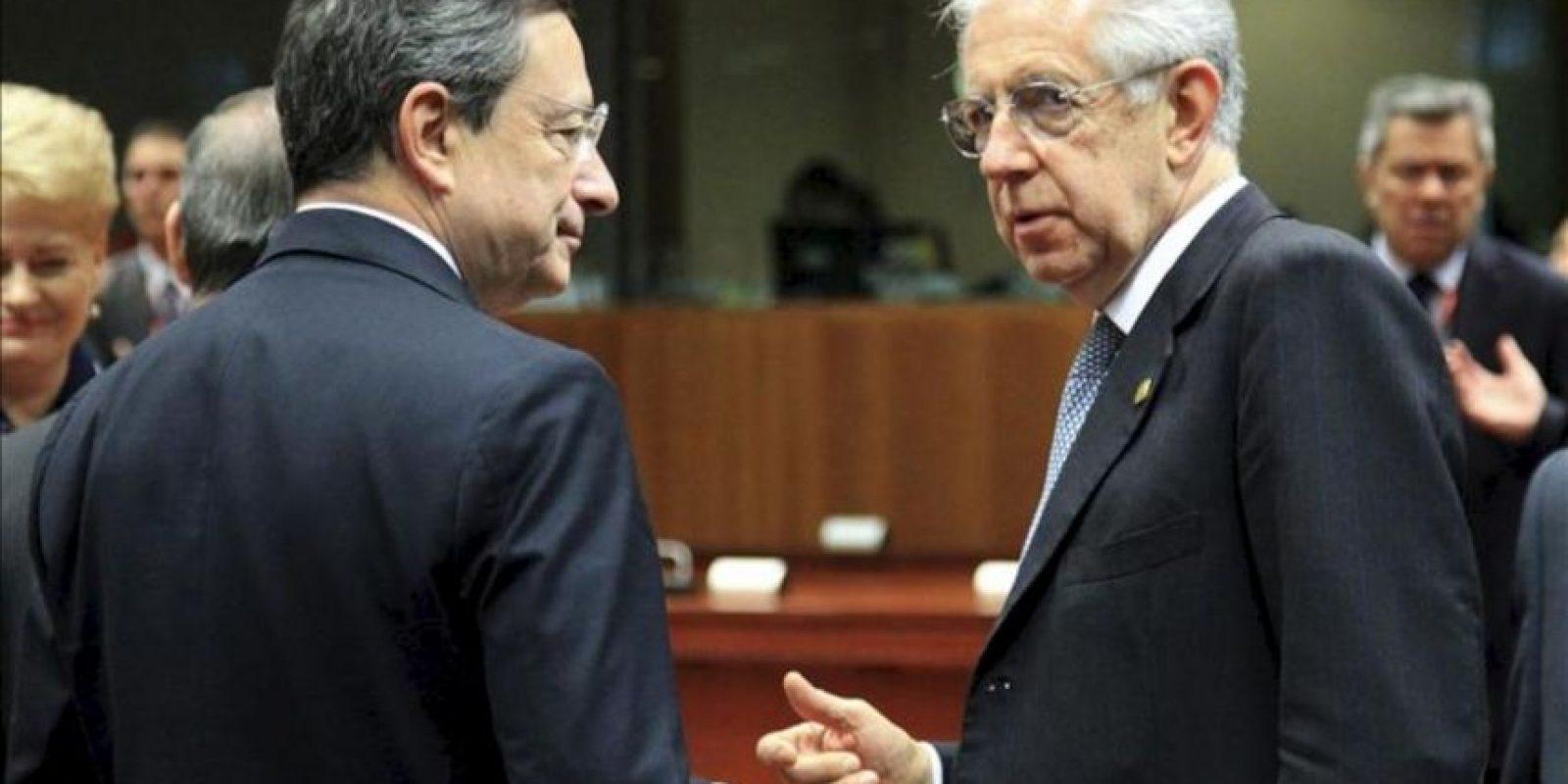 El presidente del Banco Central Europeo, Mario Draghi (izq), y el primer ministro italiano (der), charlan durante la segunda jornada de la cumbre de jefes de Estado y de Gobierno de la Unión Europea en Bruselas, Bélgica. EFE