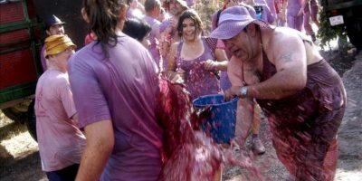"""La tradicional Batalla del Vino de Haro ha reunido hoy en los riscos de Bilibio a entre 6.000 y 8.000 personas, que han luchado con unos 6.000 litros de vino y ha contado con la presencia de numerosos """"romeros"""" extranjeros, llegados de Holanda, Japón y Australia, entre otros lugares. EFE"""