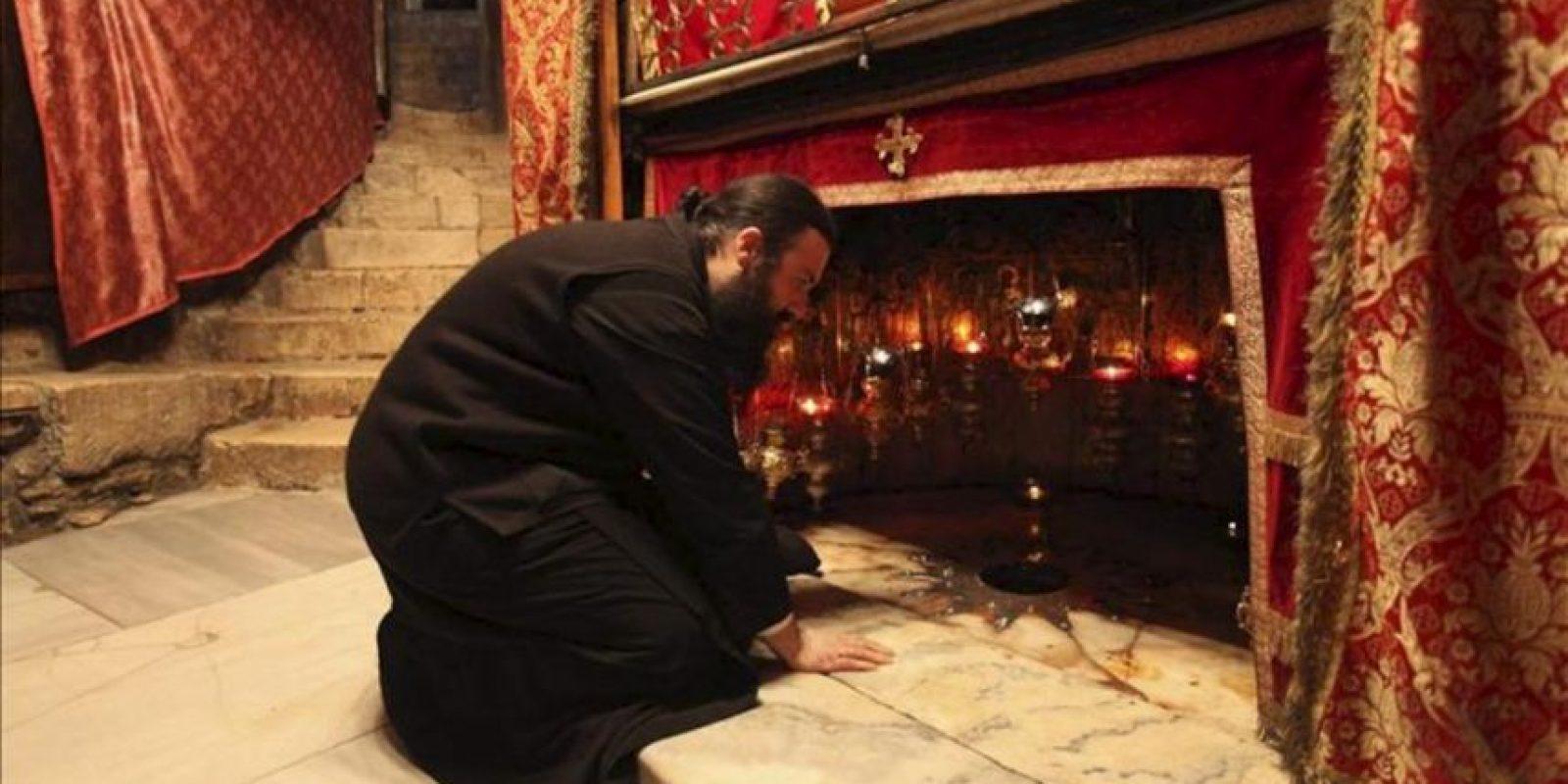Un sacerdote reza en la gruta de la Basílica de la Natividad de Belén, considerada el lugar de nacimiento de Jesús. EFE/Archivo