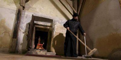 Un religioso ortodoxo barre una sala de la Basílica de la Natividad, en Belén (Cisjordanía). El templo se construyó en el lugar donde supuestamente nació Jesús de Nazaret. EFE/Archivo